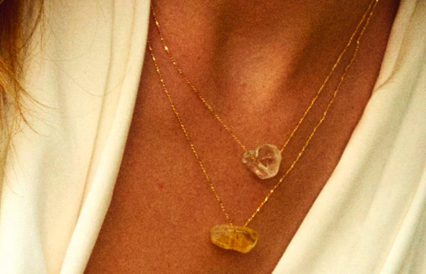 guldbelagt halskaede med bjergkrystal